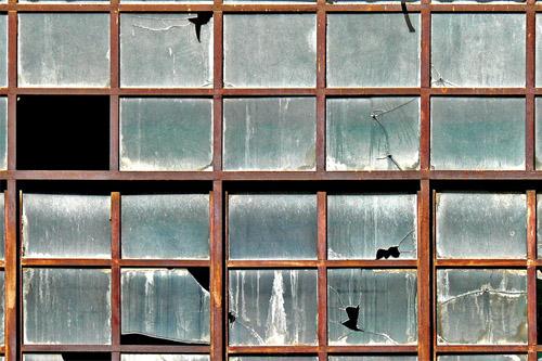 El otro día llegaba a mis manos en Facebook un interesante artículo que hablaba sobre la Teoría de las ventanas rotas y que llamó mi atención. En él explicaban un curioso experimento realizado en la Universidad de Stanford en el año 1969 por el profesor Phillip Zimbardo.